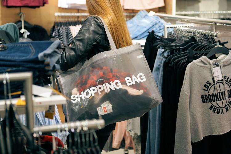 Une femme en plein shopping