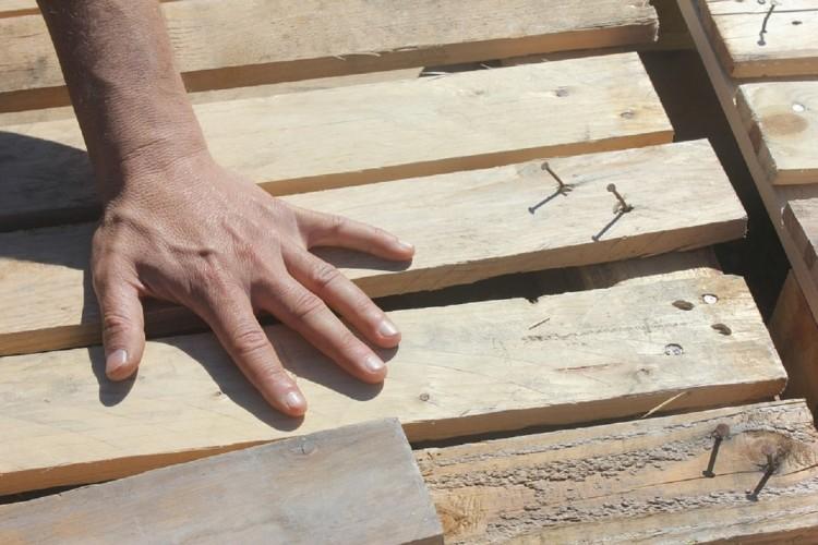 charpentier main bois